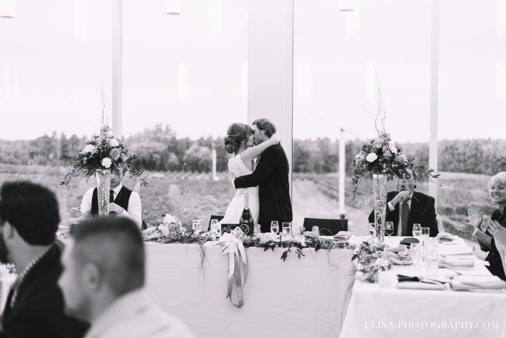mariage-salle-de-reception-baiser-raisins-rose-vignoble-orpailleur-dunham-photo-4274