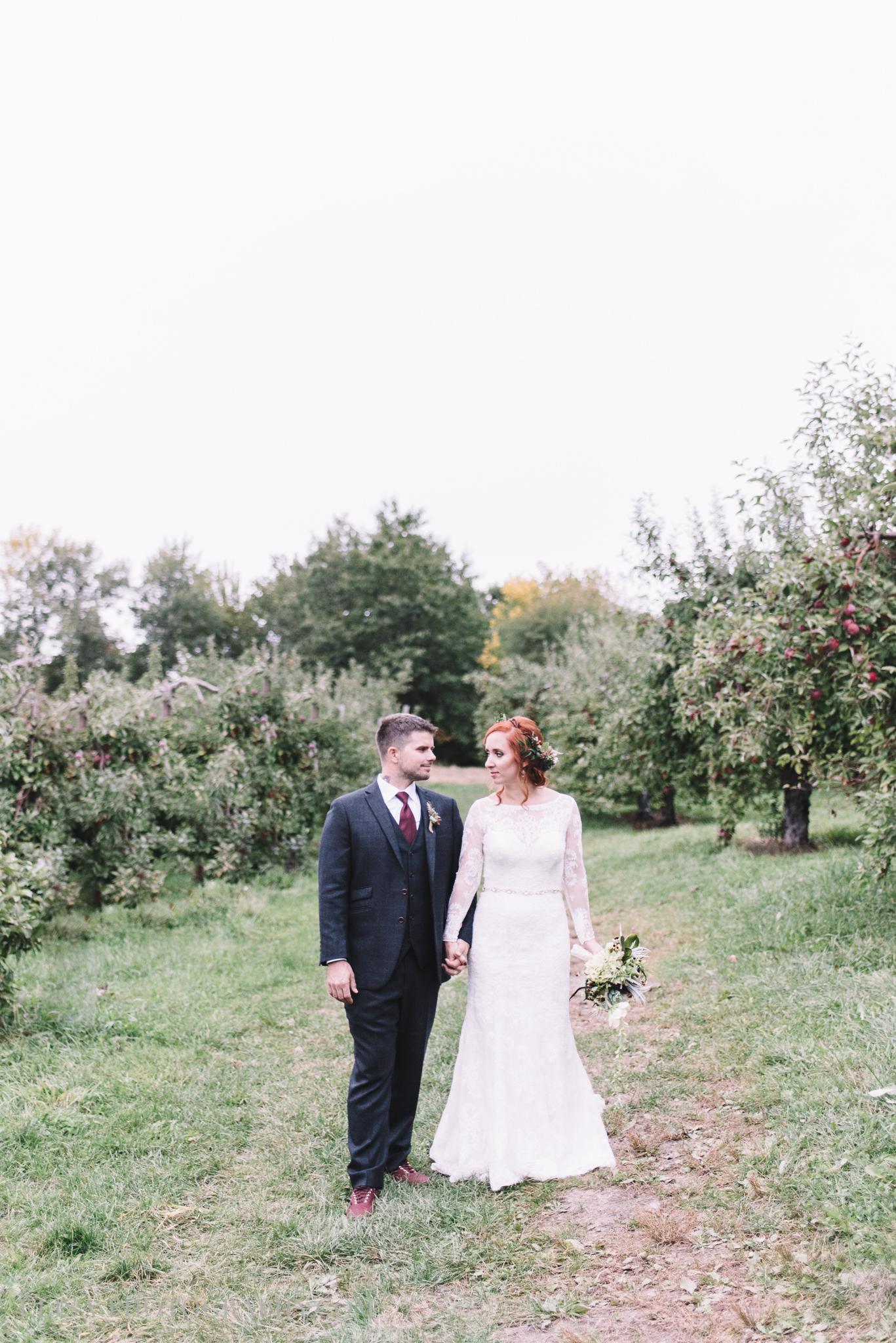 mariage portrait couple pommes apple domaine verger dunham photo 7296 - Mariage au Domaine de Dunham: Sandrine & Benoit