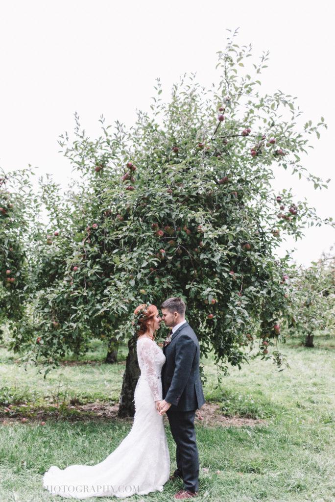 mariage-portrait-couple-pommes-apple-domaine-verger-dunham-photo-7345