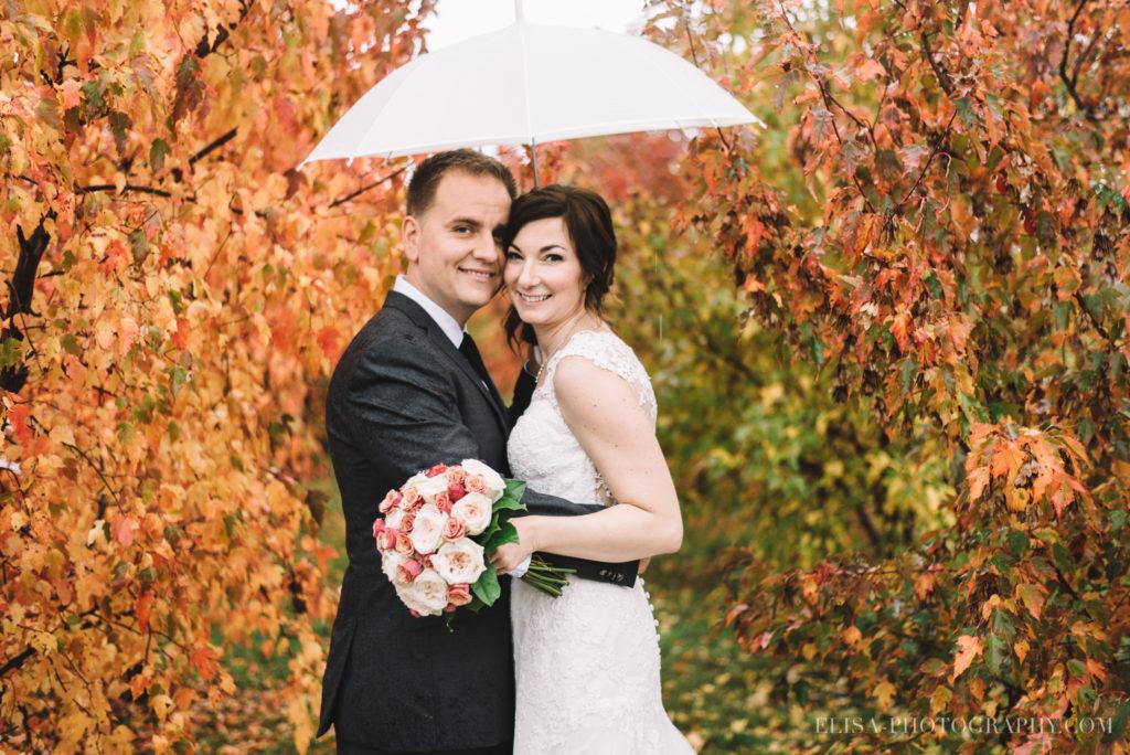 mariage-quebec-baie-de-beauport-automne-portrait-couple-parapluie-photo-9841