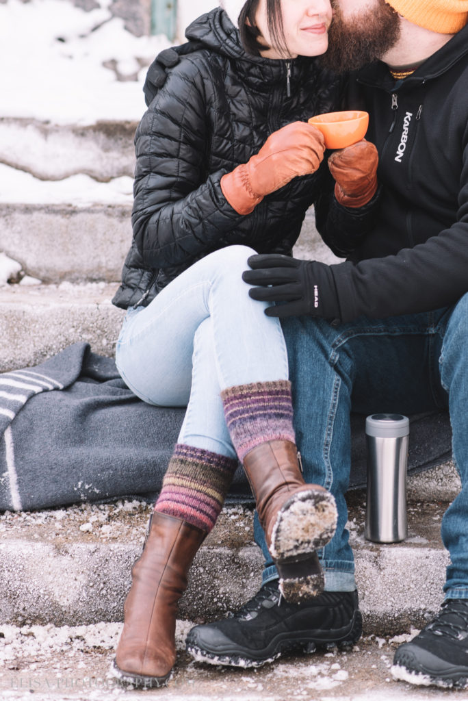 fiancailles ville quebec hiver winter engagement hot chocolate chocolat chaud photo 5876 684x1024 - Séance fiançailles dans la neige: Audrey-Ann + Pascal
