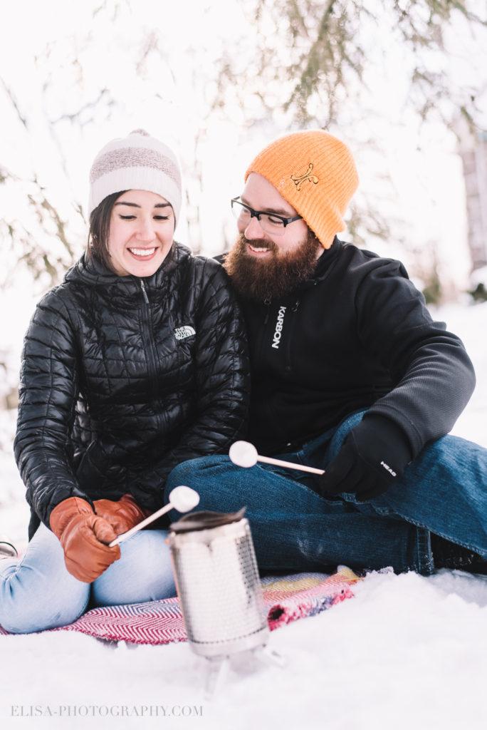 fiancailles ville quebec hiver winter engagement hot chocolate chocolat chaud photo 5979 684x1024 - Séance fiançailles dans la neige: Audrey-Ann + Pascal