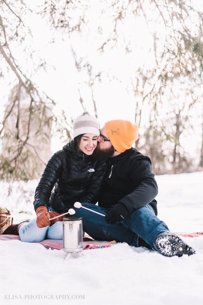 fiancailles ville quebec hiver winter engagement hot chocolate chocolat chaud photo 5984 684x1024 - Séance fiançailles dans la neige: Audrey-Ann + Pascal