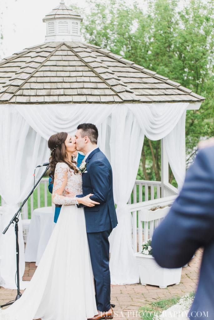 mariage classique baiser mariés ceremonie auberge des gallants photo 2540 684x1024 - Mariage bohème sur le bord de l'eau, Rigaud: Natacha & Pierre-Alexandre