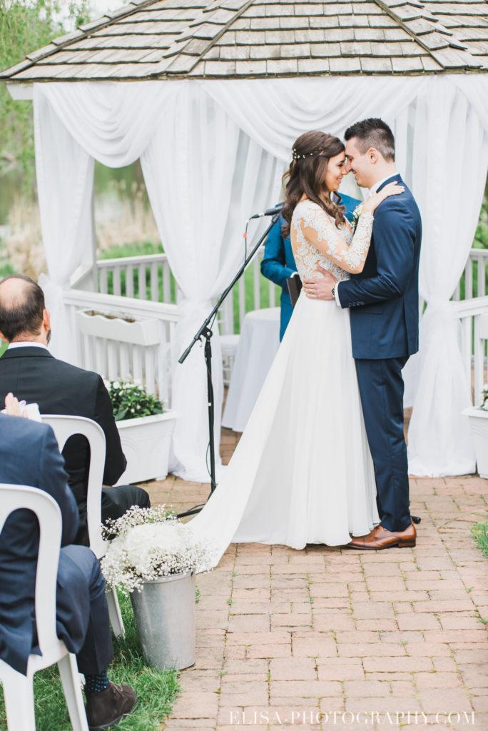 mariage classique baiser mariés ceremonie auberge des gallants photo 2545 684x1024 - Mariage bohème sur le bord de l'eau, Rigaud: Natacha & Pierre-Alexandre