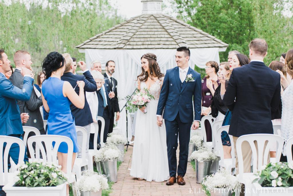 mariage classique baiser mariés ceremonie auberge des gallants photo 2598 1024x684 - Mariage bohème sur le bord de l'eau, Rigaud: Natacha & Pierre-Alexandre