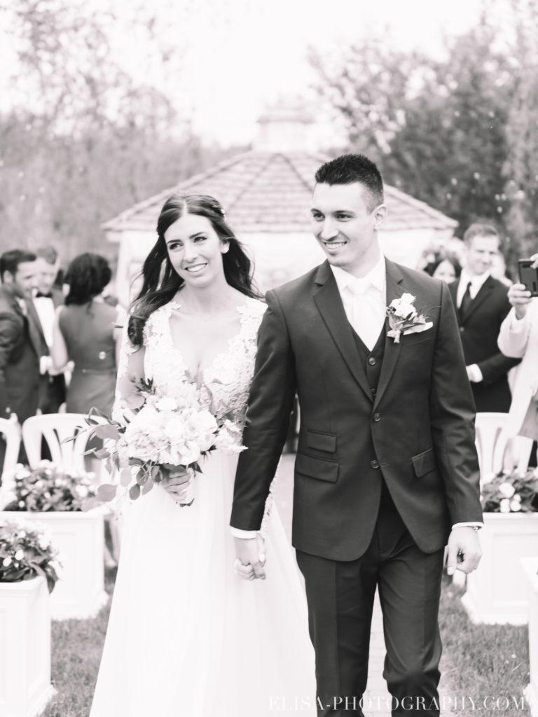 mariage classique baiser mariés ceremonie auberge des gallants photo 2611 768x1024 - Mariage bohème sur le bord de l'eau, Rigaud: Natacha & Pierre-Alexandre
