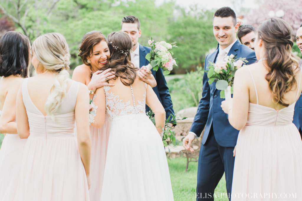mariage classique groupe hug ceremonie auberge des gallants photo 2628 1024x684 - Mariage bohème sur le bord de l'eau, Rigaud: Natacha & Pierre-Alexandre