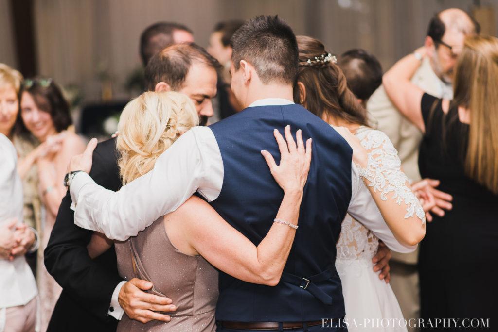 mariage classique réception mariés famille hug auberge des gallants rigaud photo 3475 1024x684 - Mariage bohème sur le bord de l'eau, Rigaud: Natacha & Pierre-Alexandre
