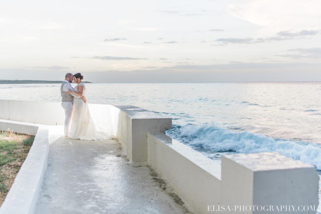 mariage de rêve à destination couple couché de soleil vagues mer des caraïbes grand bahia principe jamaïque photo 5872 1024x684 - Un mariage de rêve à destination de la Jamaïque: Mindy & Mathieu