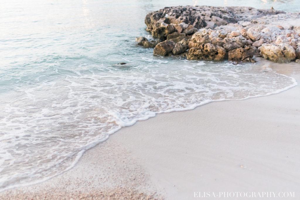 mariage de rêve à destination couple couché de soleil vagues sable plage mer des caraïbes grand bahia principe jamaïque photo 5915 1024x684 - Un mariage de rêve à destination de la Jamaïque: Mindy & Mathieu