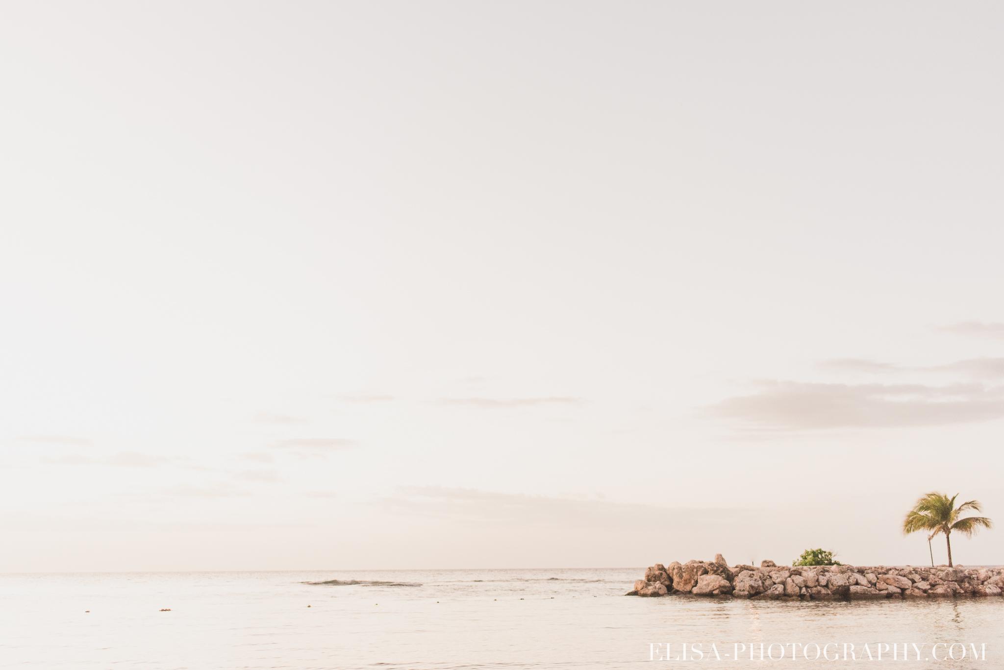 mariage de rêve à destination couple couché de soleil vagues sable plage mer des caraïbes grand bahia principe jamaïque photo 5918 - Un mariage de rêve à destination de la Jamaïque: Mindy & Mathieu