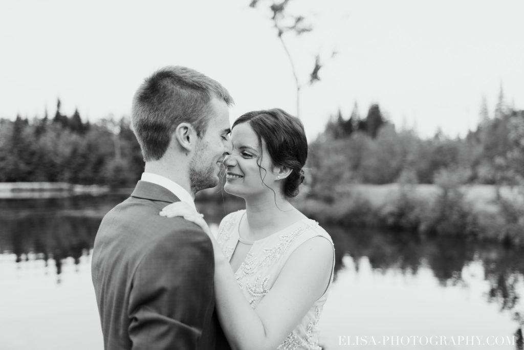 mariage français portrait couple lac noir blanc chalet bois rond québec photo 7683 1024x684 - Mariage avec une touche vintage dans un chalet en bois ronds: Marine & François-Rémi