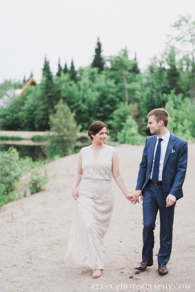 mariage français portrait couple plage chalet bois rond québec photo 7742 684x1024 - Mariage avec une touche vintage dans un chalet en bois ronds: Marine & François-Rémi