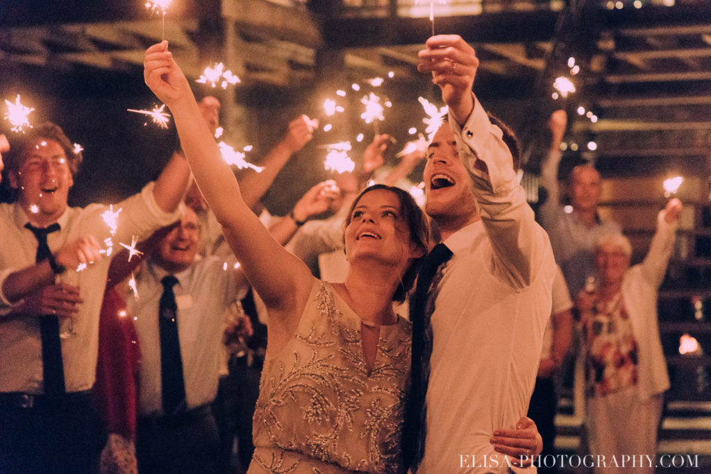 mariage français réception feu de bengales sparkler chalet bois rond québec photo 4964 1024x683 - Mariage avec une touche vintage dans un chalet en bois ronds: Marine & François-Rémi