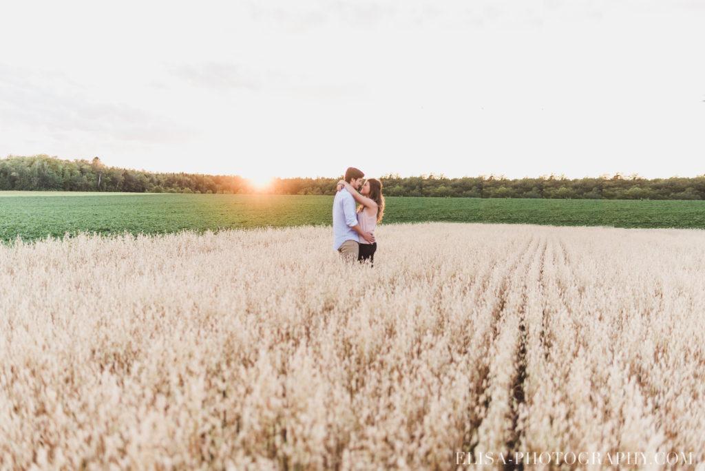 fiançailles champs blé avoine coucher soleil rustique ile orléans photos 2 1024x684 - Fiançailles à l'île d'Orléans: Claudia + Jack