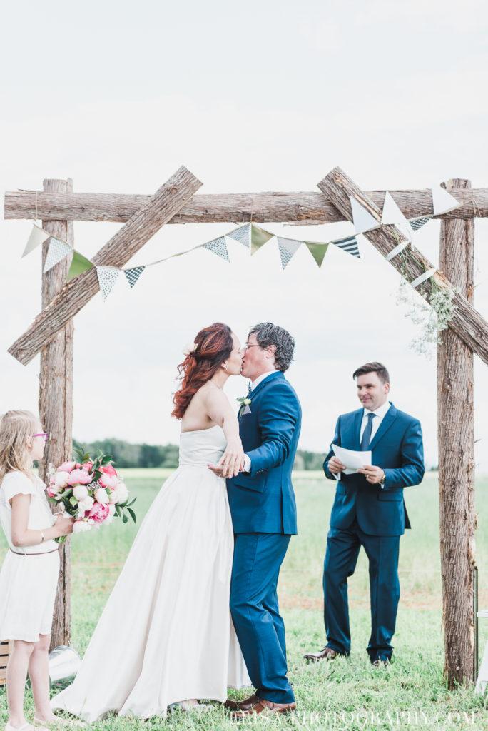 mariage cérémonie bague baiser kiss le germain charlevoix photo 9277 684x1024 - Mariage en toute élégance à l'hôtel Le Germain de Charlevoix: Véronique & Eric