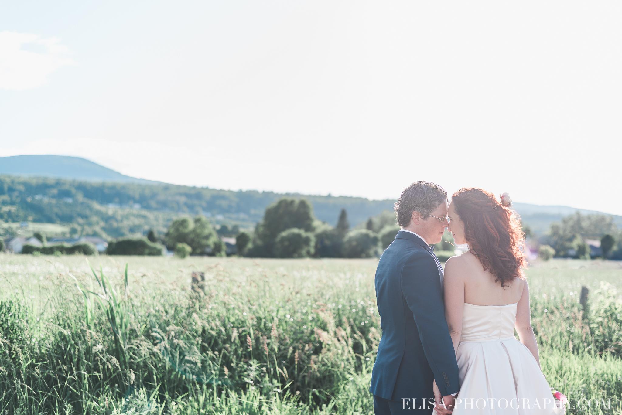 mariage portrait couple mariés montagne champs le germain charlevoix photo 9729 - Mariage en toute élégance à l'hôtel Le Germain de Charlevoix: Véronique & Eric