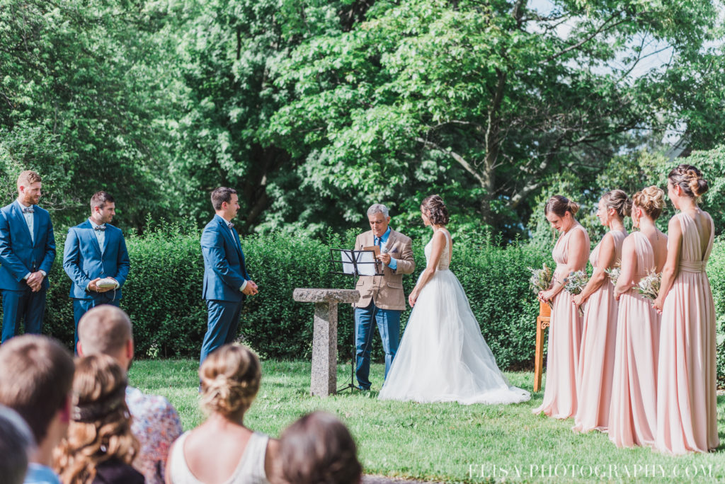 photo mariage cérémonie bague baiser enfants vieux presbytère batiscan 2740 1024x684 - Mariage au vieux presbitère de Batiscan: Cindy & Dany