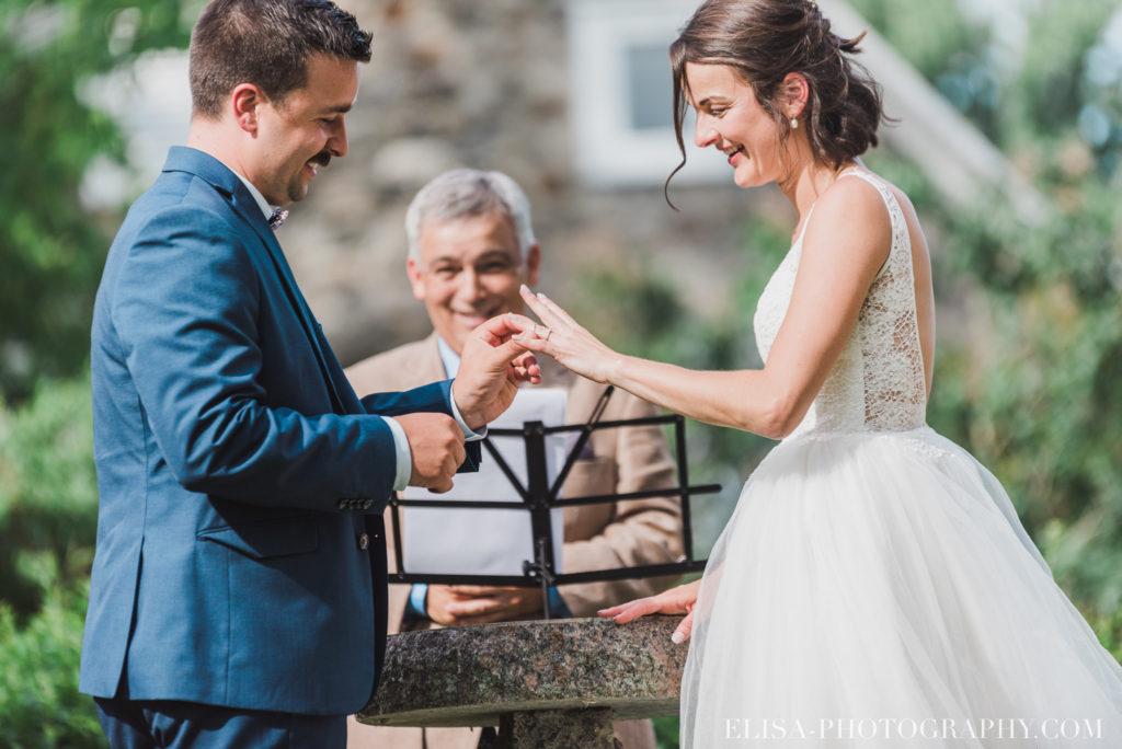 photo mariage cérémonie bague baiser enfants vieux presbytère batiscan 2799 1024x684 - Mariage au vieux presbitère de Batiscan: Cindy & Dany