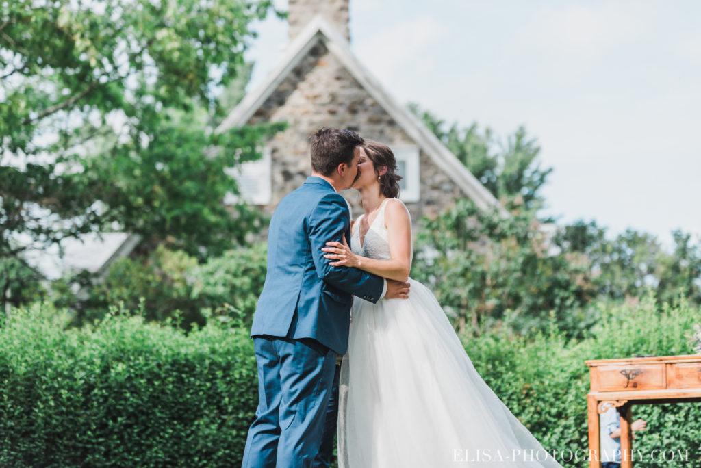 photo mariage cérémonie bague baiser enfants vieux presbytère batiscan 2805 1024x684 - Mariage au vieux presbitère de Batiscan: Cindy & Dany