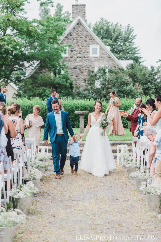 photo mariage cérémonie bague baiser enfants vieux presbytère batiscan 2930 684x1024 - Mariage au vieux presbitère de Batiscan: Cindy & Dany