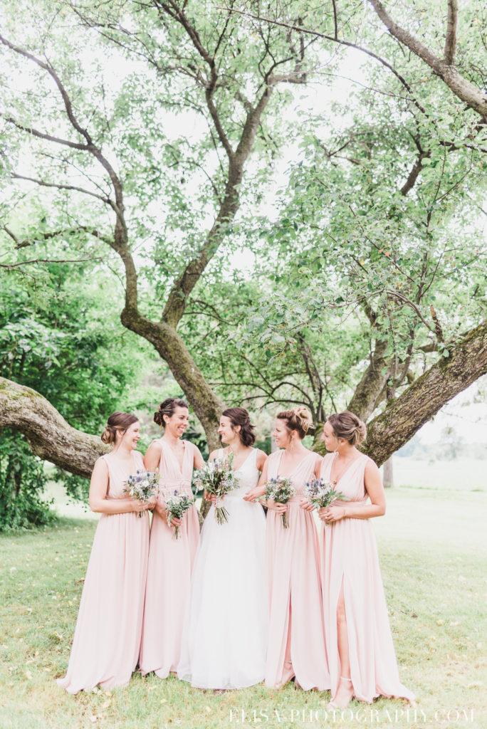photo mariage demoiselles honneur mariée bouquets vieux presbytère batiscan 2325 684x1024 - Mariage au vieux presbitère de Batiscan: Cindy & Dany