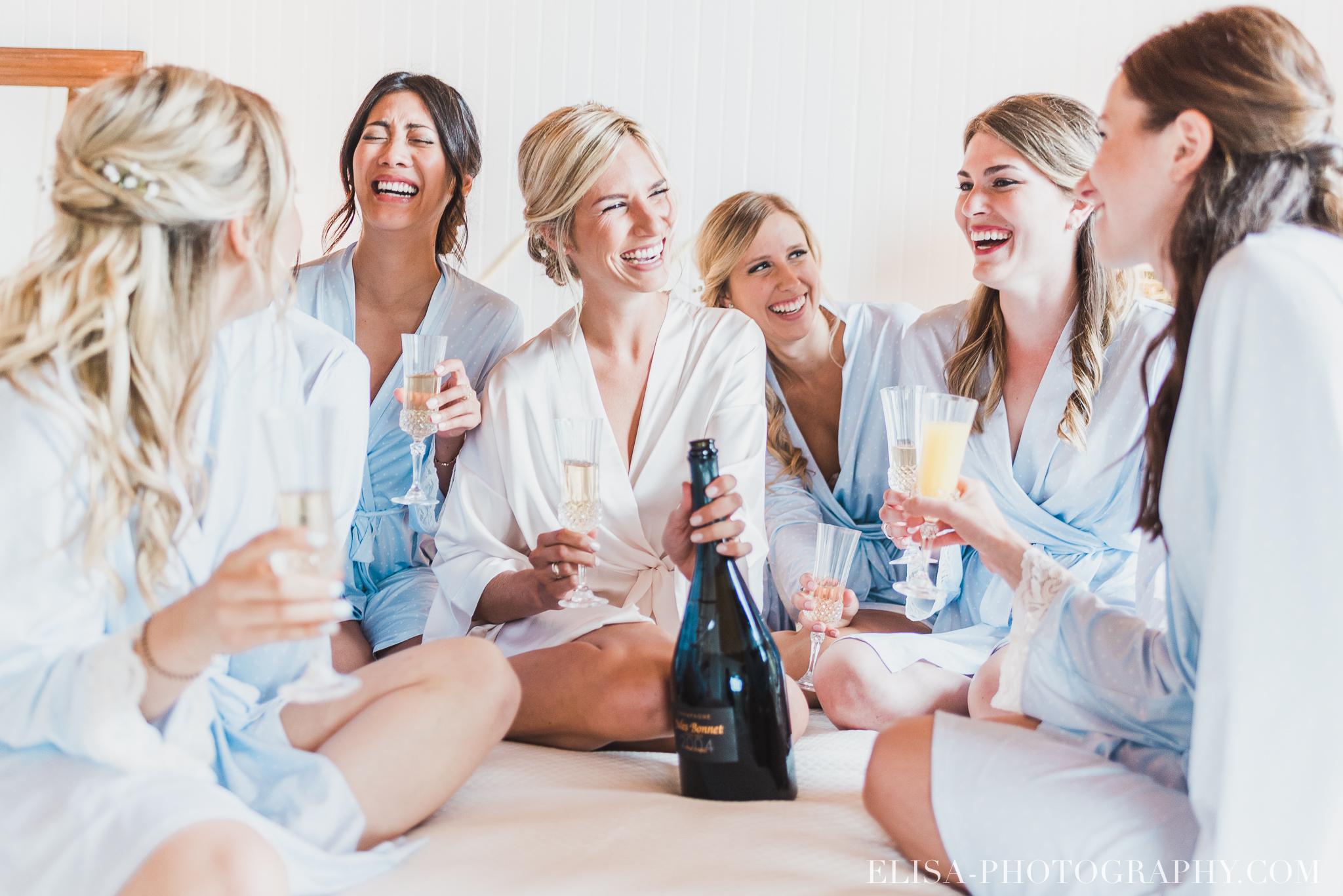 photo des demoiselles d'honneur buvant du champagne en robe de chambre et kimono pendant un mariage