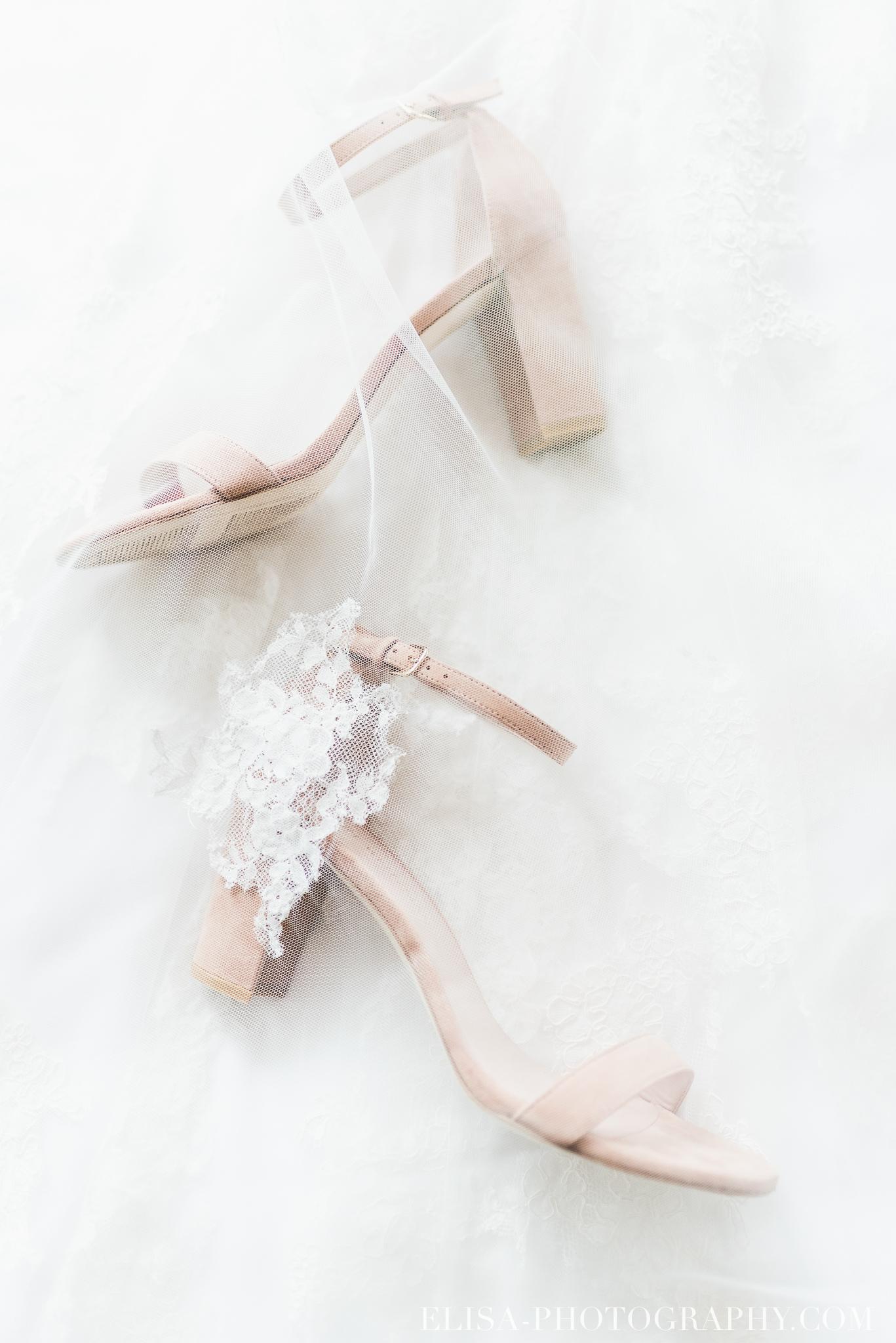 soulier de la mariée sous son voile de dentelle photo de mariage
