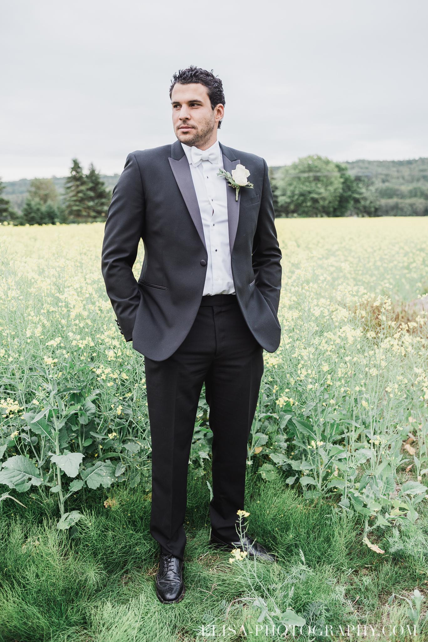 photo mariage champ fleurs jaunes orge marie habit portrait domaine prive estate bord de l eau 4636 - Mariage sur un domaine privé au bord de l'eau: Emmanuelle & Marc-Antoine