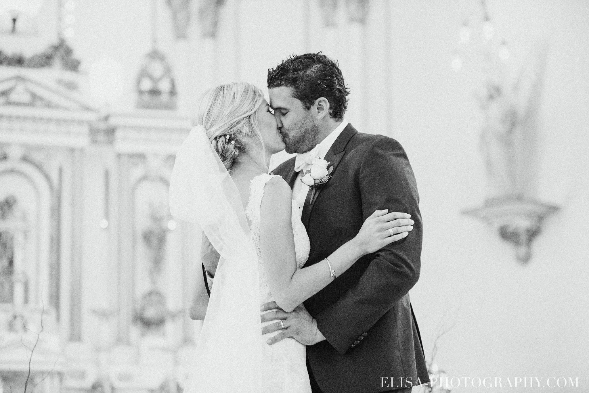 photo mariage couple eglise baiser domaine prive estate bord de l eau 3763 - Mariage sur un domaine privé au bord de l'eau: Emmanuelle & Marc-Antoine