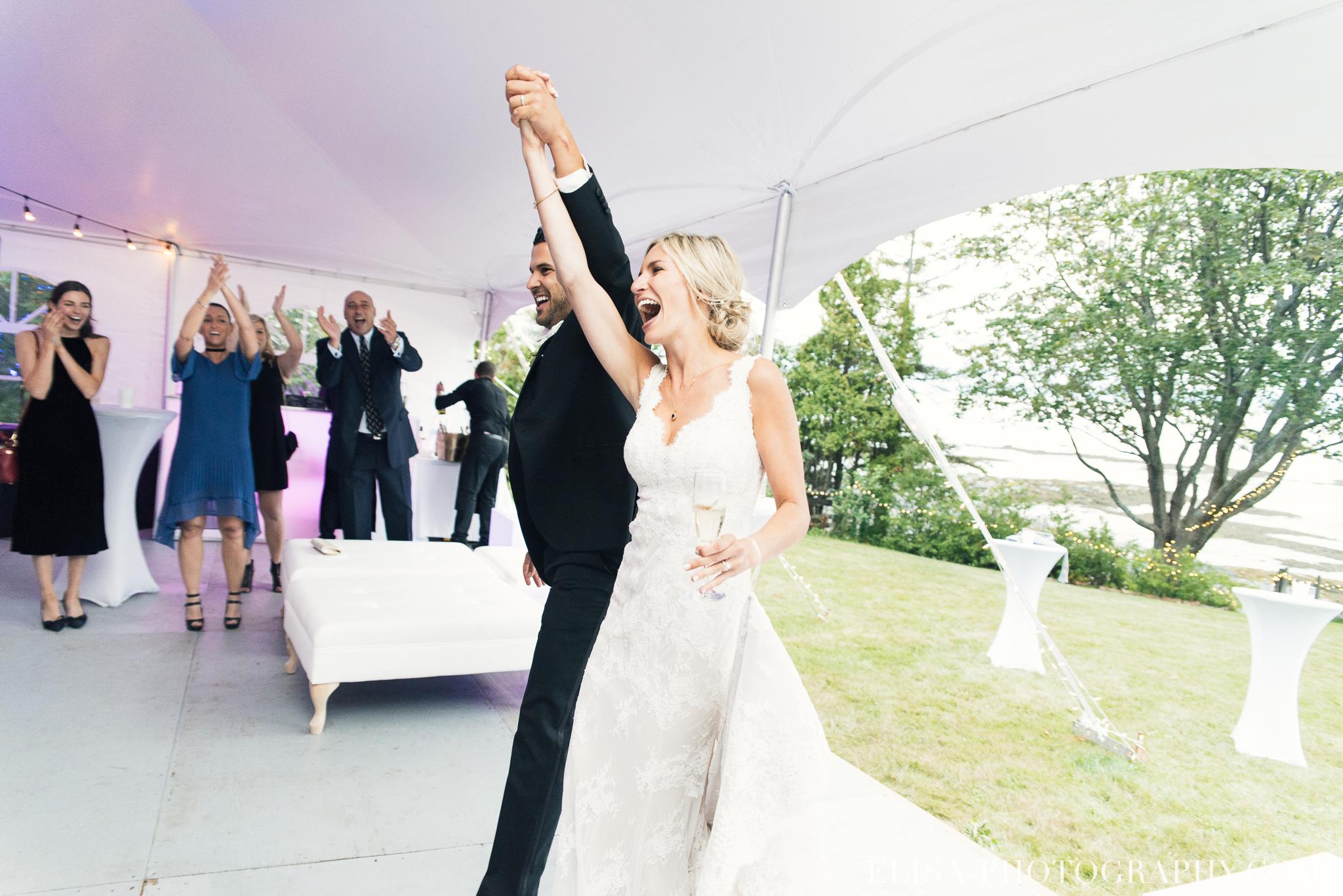 photo mariage entree des maries chapiteau chic ville de quebec domaine prive estate bord de l eau 7454 1 - Mariage sur un domaine privé au bord de l'eau: Emmanuelle & Marc-Antoine