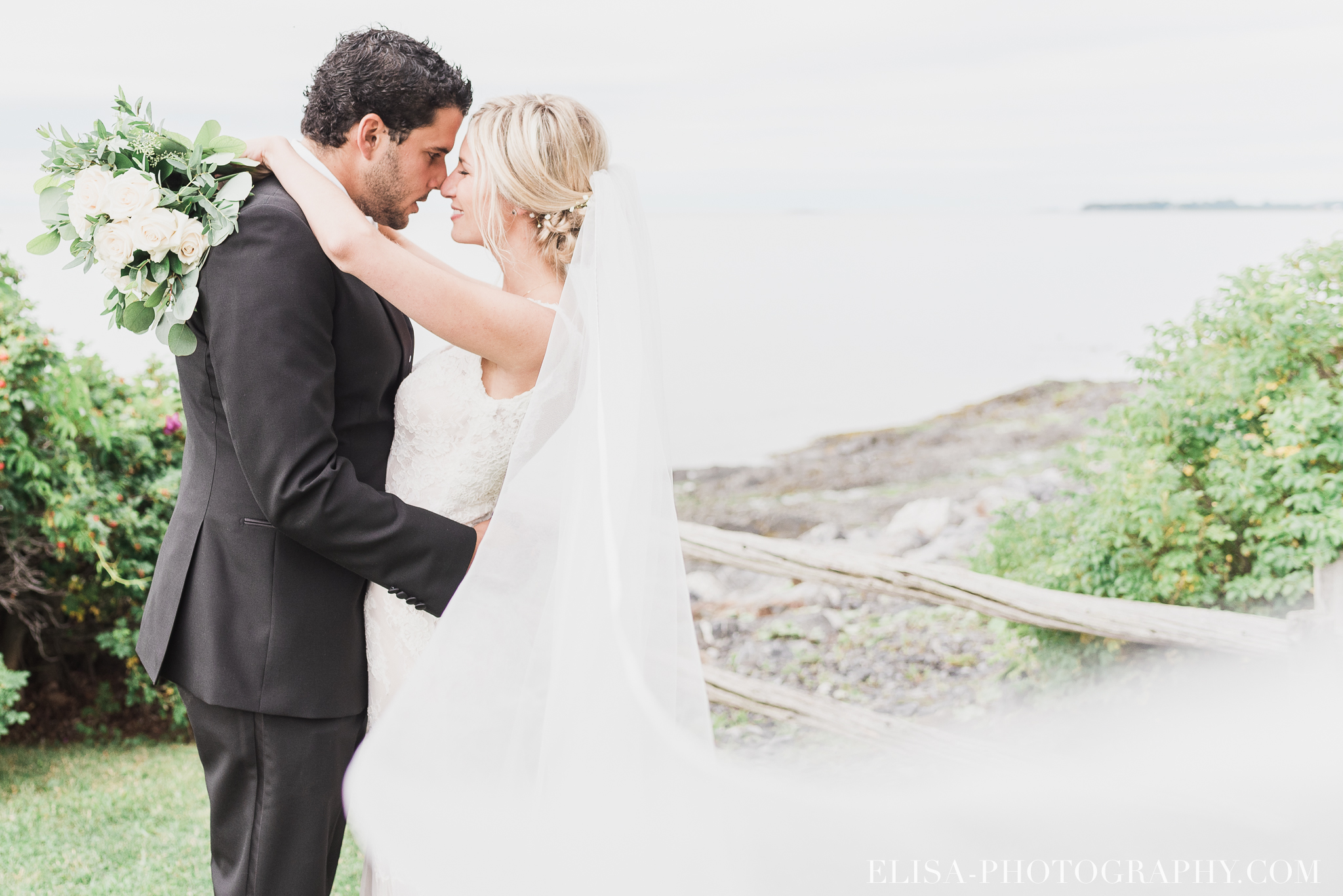 photo mariage nature rocher plage quebec bas saint laurent portrait couple domaine prive estate bord de l eau 4364 - Mariage sur un domaine privé au bord de l'eau: Emmanuelle & Marc-Antoine