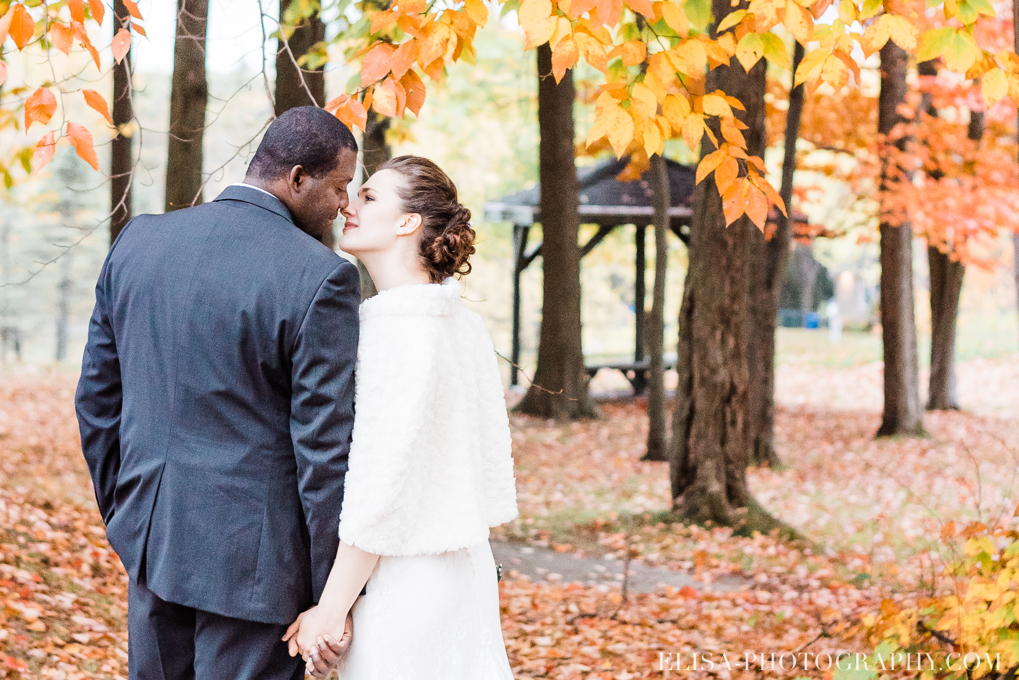 photo mariage golf cap rouge ville quebec bouquet roses blanches couple portrait automne 8276 - Mariage au Golf de Cap-Rouge, ville de Québec: Stéphanie & William