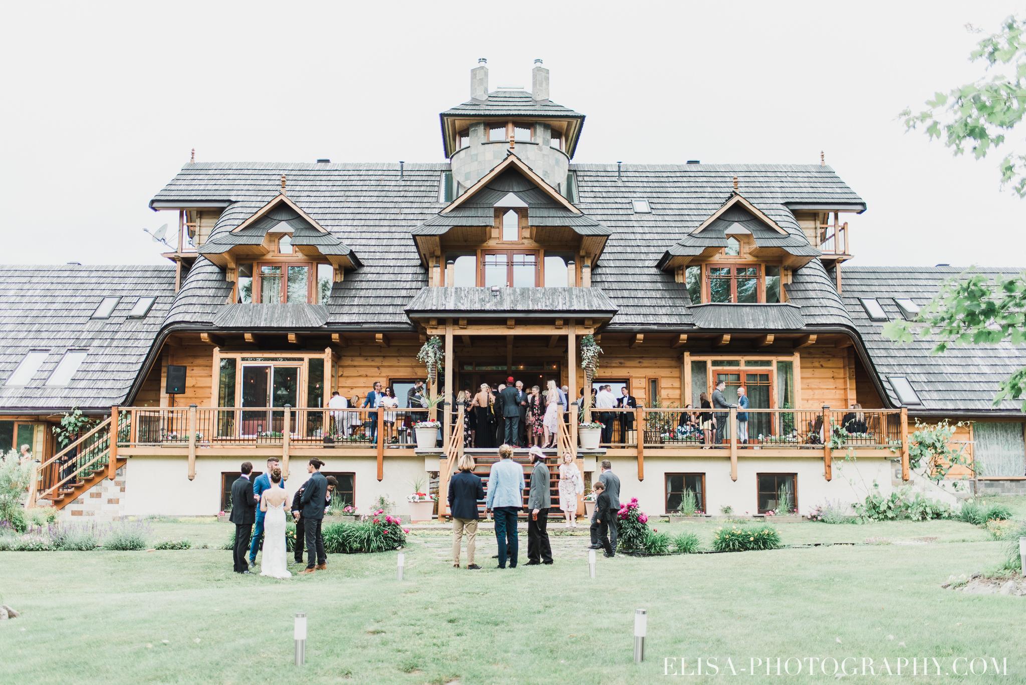 photo mariage a la montagne domaine tomali maniatin cocktail hors oeuvre demoiselles honneur bouquets pivoines 6712 - Mariage à la montagne au domaine Tomali-Maniatyn