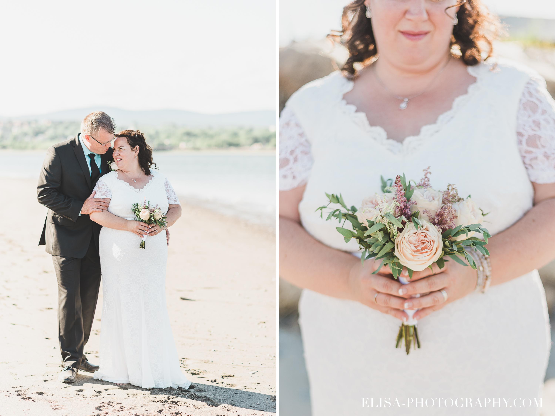 photo mariage baie beauport couple fleuve plage bouquet simple - Mariage à la plage de la baie de Beauport