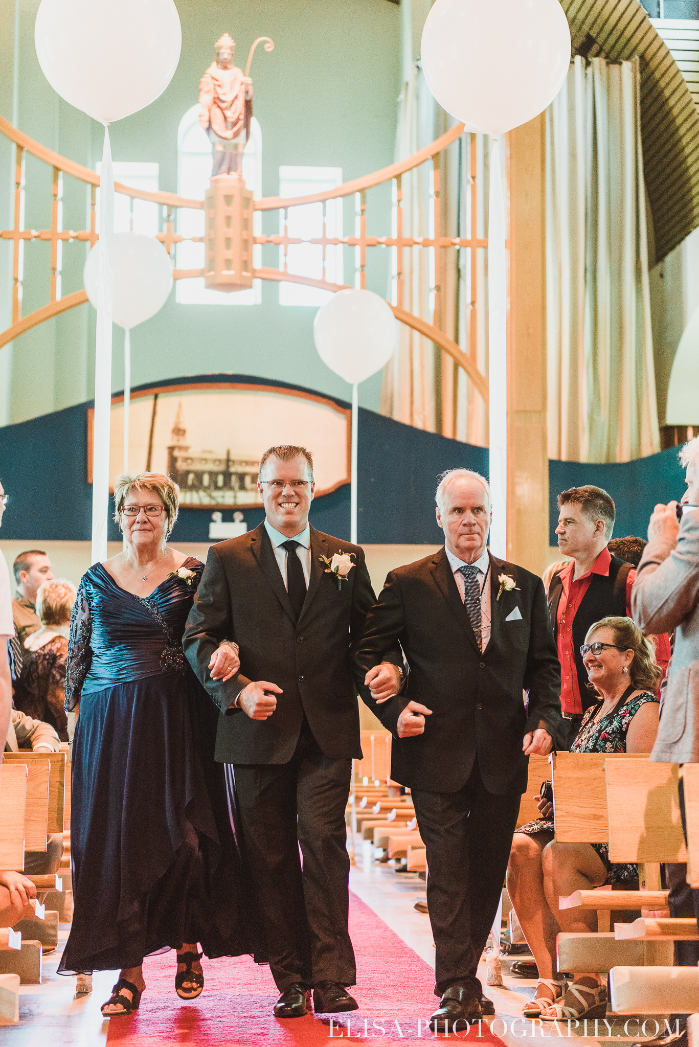 photo mariage ceremonie eglise st emile famille enfants ballons 7630 - Mariage à la plage de la baie de Beauport