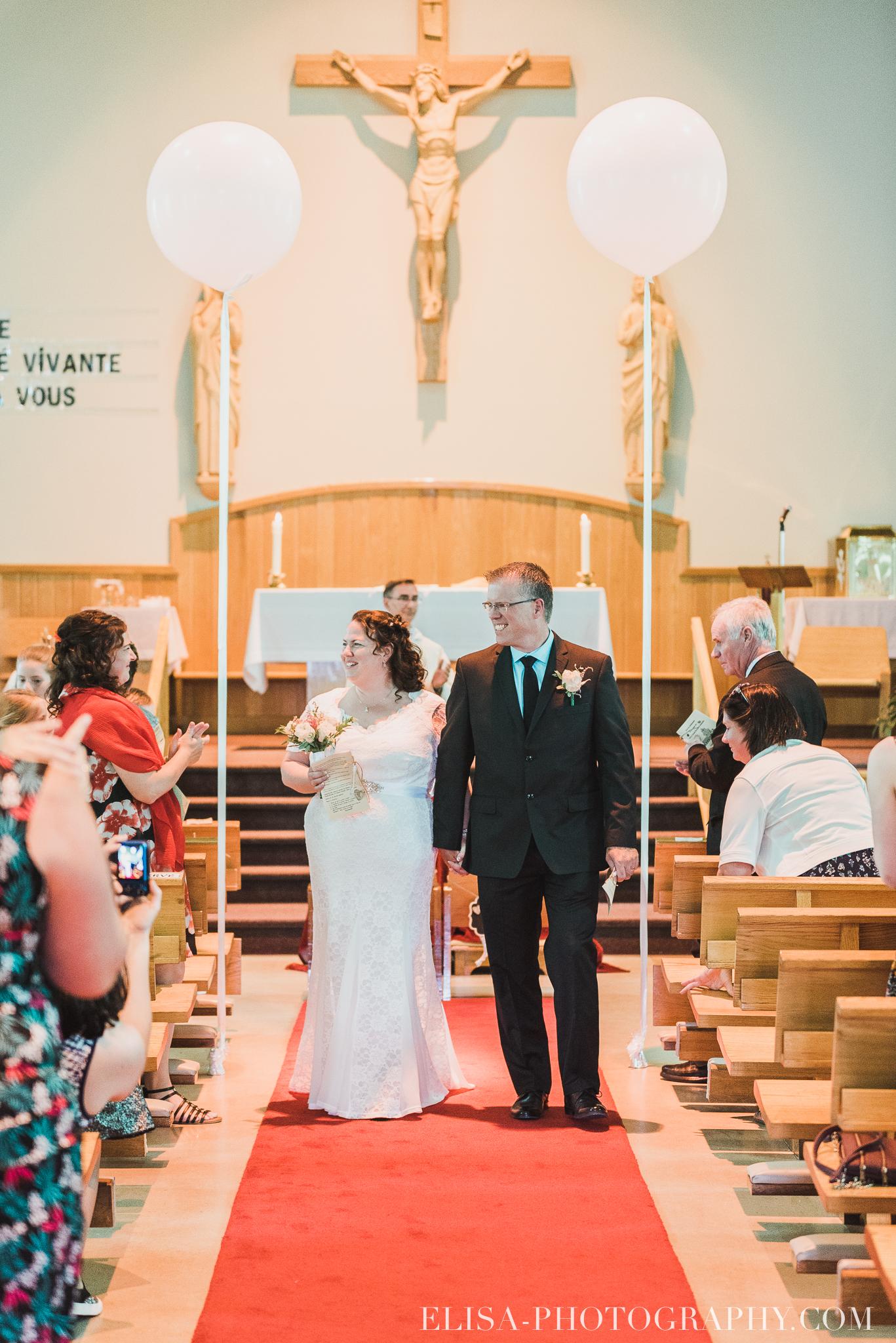 photo mariage ceremonie eglise st emile famille enfants ballons 8156 - Mariage à la plage de la baie de Beauport