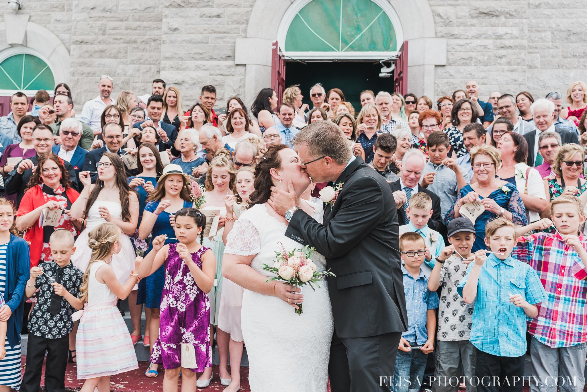 photo mariage groupe parvis eglise saint emile 8188 - Mariage à la plage de la baie de Beauport