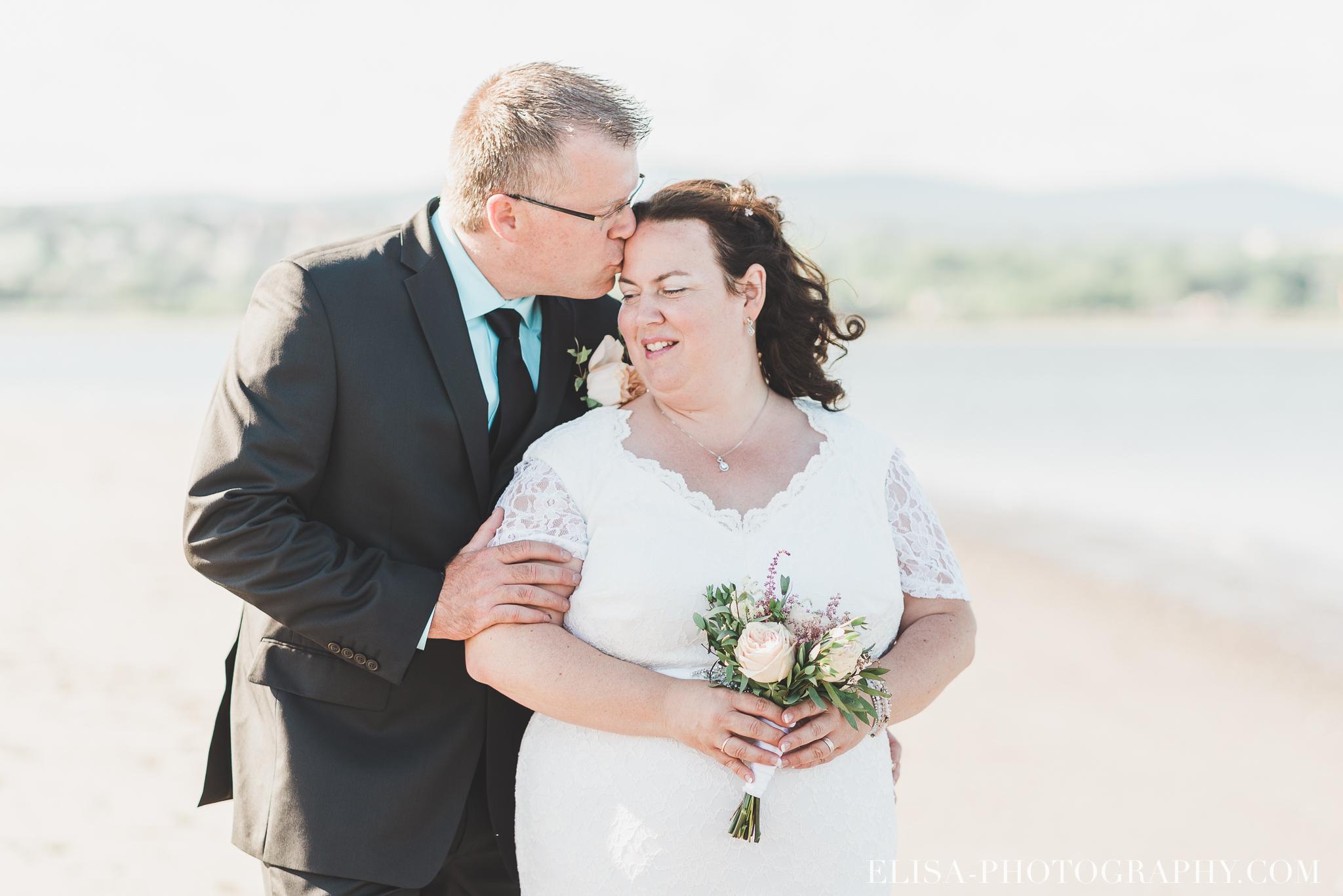 photo mariage portrait couple naturel fleuve riviere plage quai 8414 - Mariage à la plage de la baie de Beauport