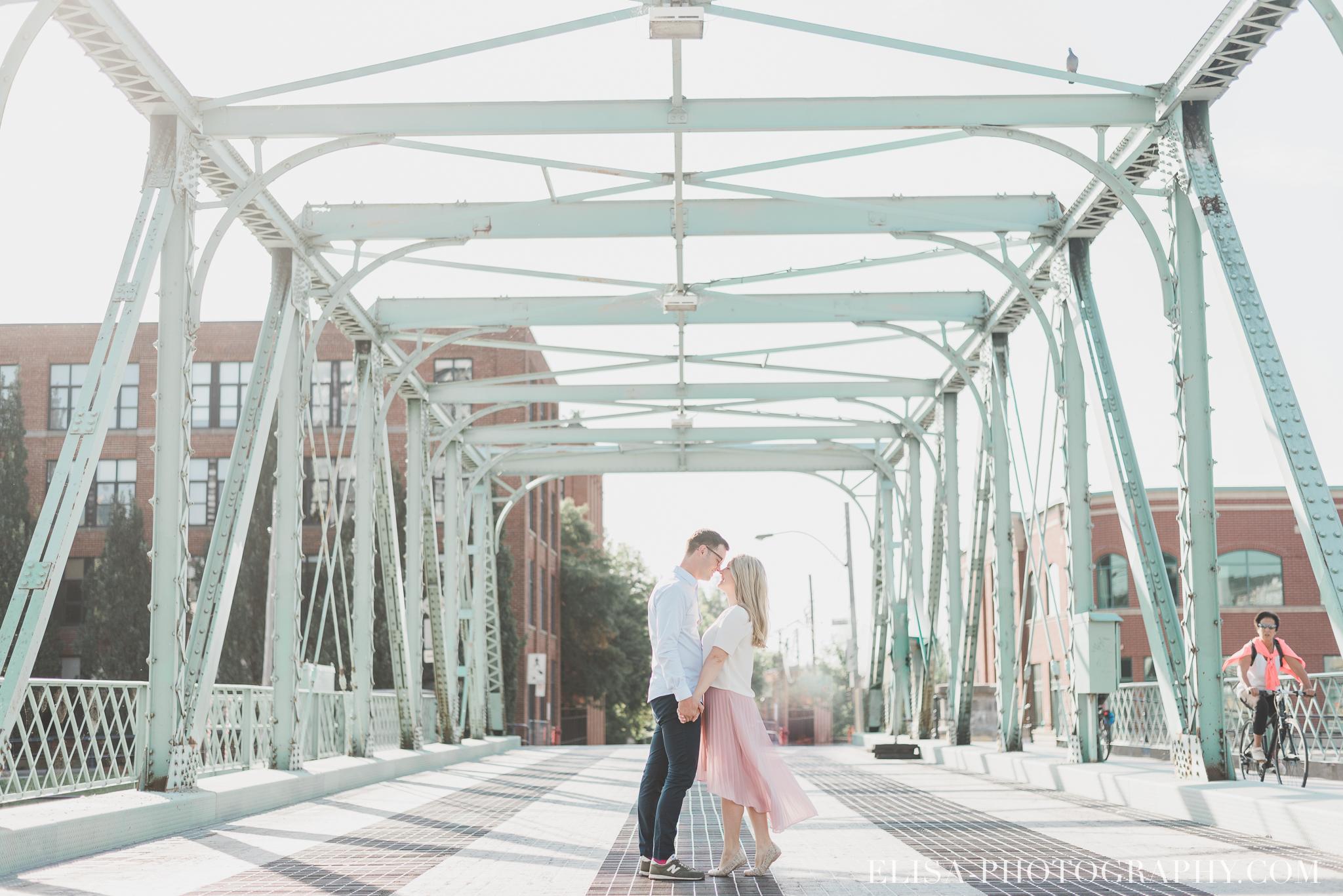 photo couple fiançailles engagement vieux port montreal lumineuse naturelle romantique 9226 - Séance fiançailles dans le vieux-port