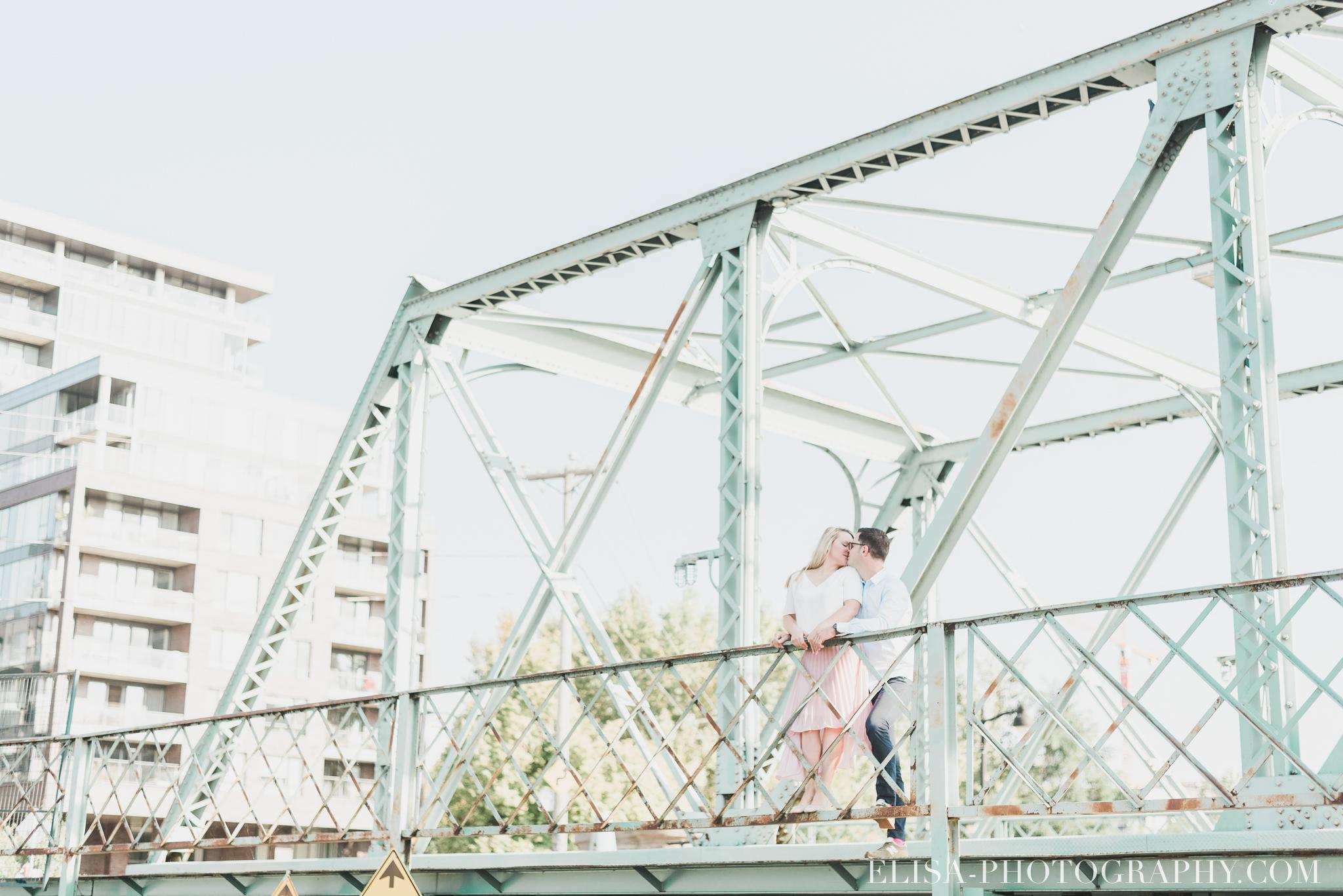 photo couple fiançailles engagement vieux port montreal lumineuse naturelle romantique 9237 - Séance fiançailles dans le vieux-port