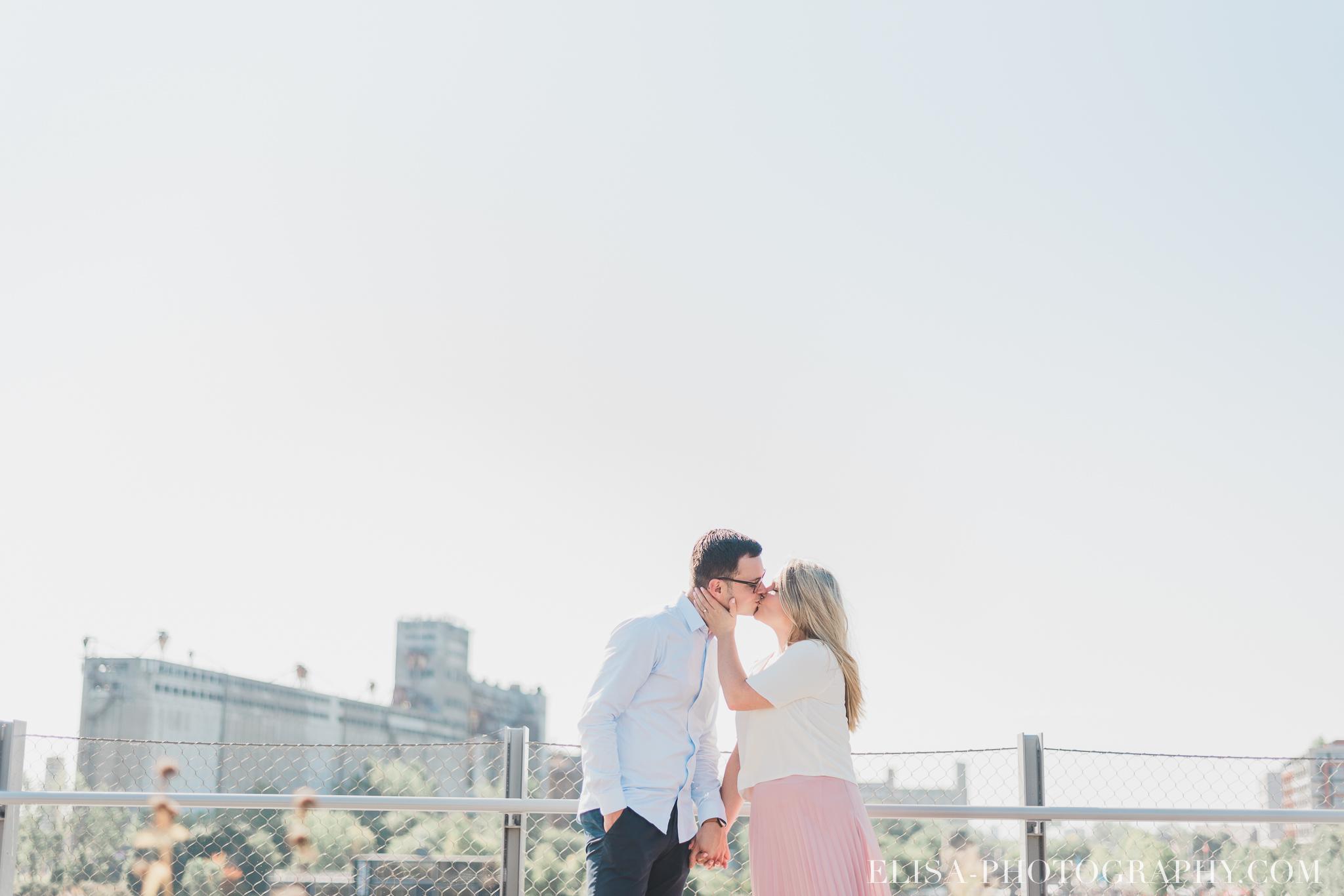 photo couple fiançailles engagement vieux port montreal lumineuse naturelle romantique 9533 - Séance fiançailles dans le vieux-port