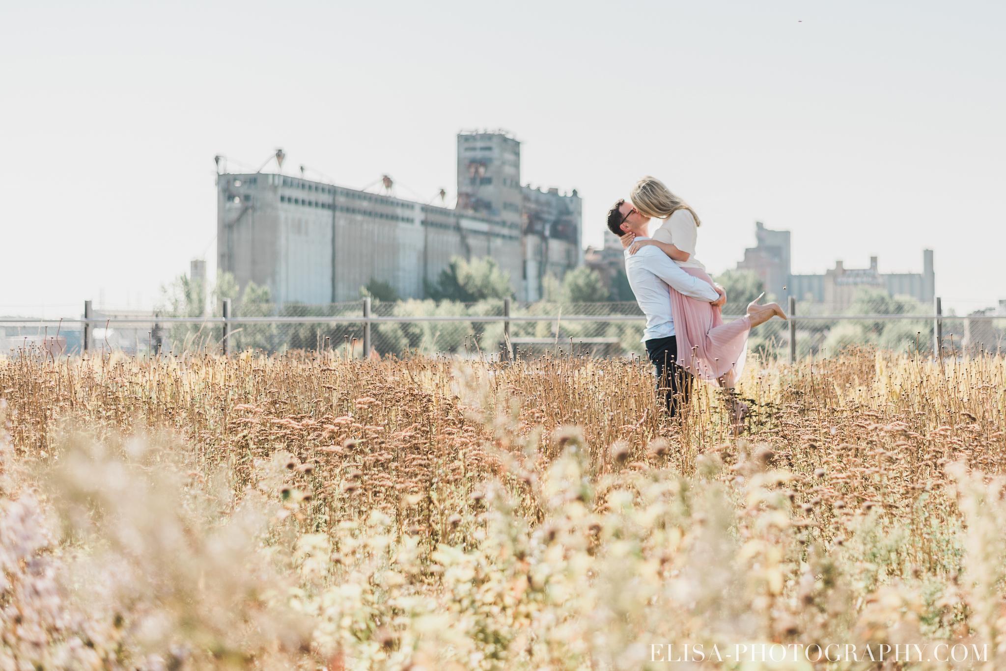 photo couple fiançailles engagement vieux port montreal lumineuse naturelle romantique 9585 - Séance fiançailles dans le vieux-port