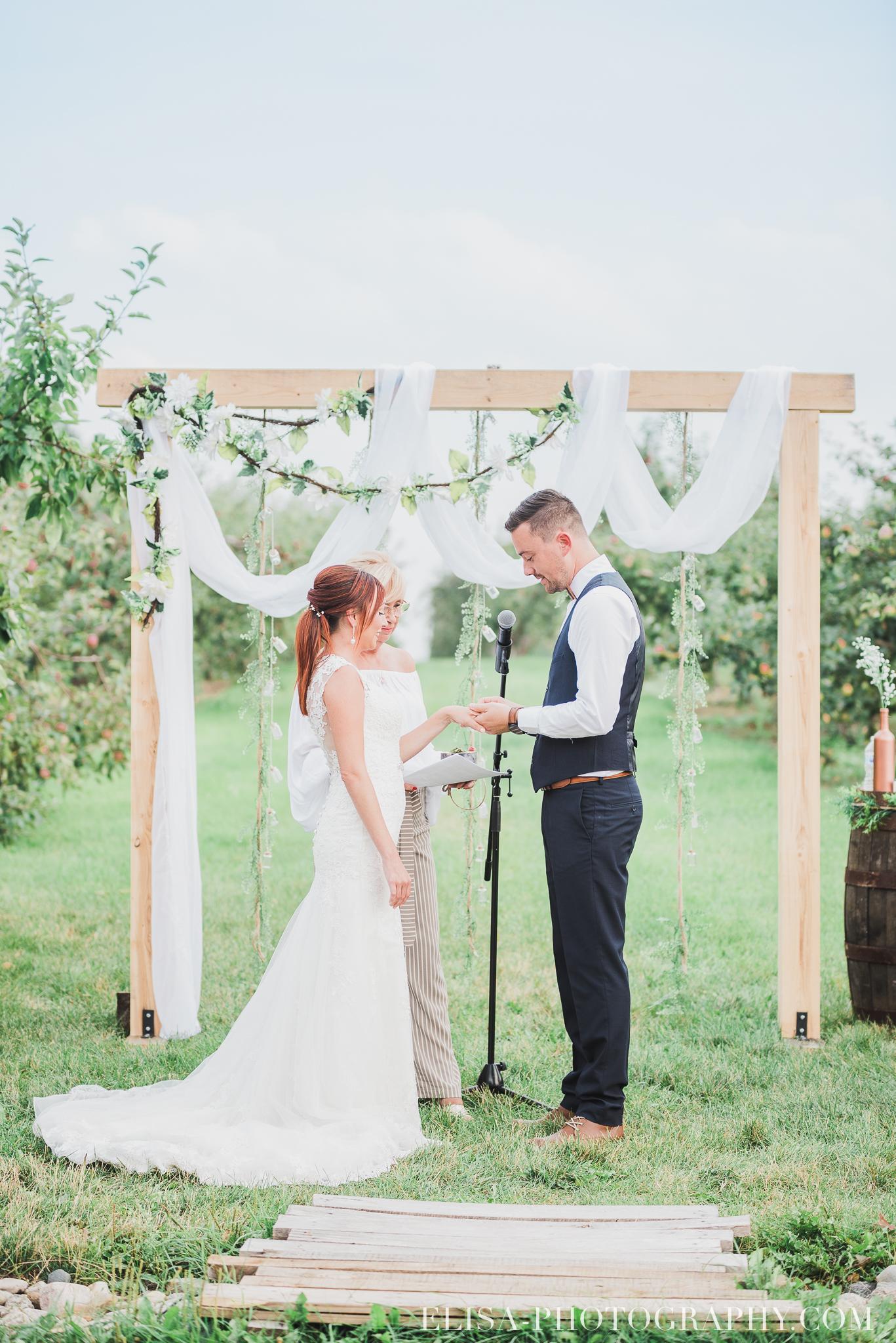 photo mariage ferme genest ceremonie verger pommier quebec 1483 - Smoke bomb et mariage dans les vergers de la Ferme Genest à Saint-Nicolas