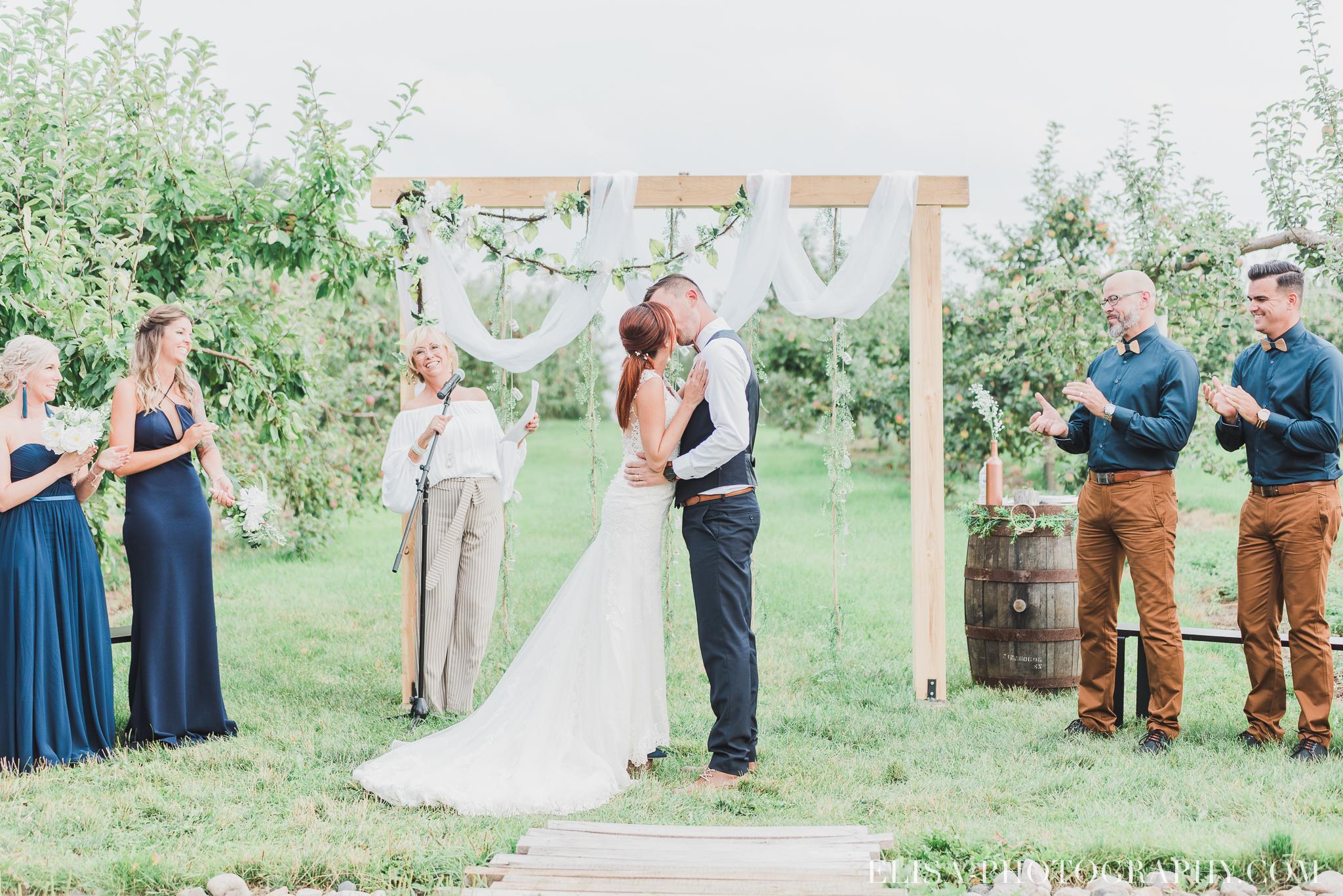 photo mariage ferme genest ceremonie verger pommier quebec 1517 - Smoke bomb et mariage dans les vergers de la Ferme Genest à Saint-Nicolas