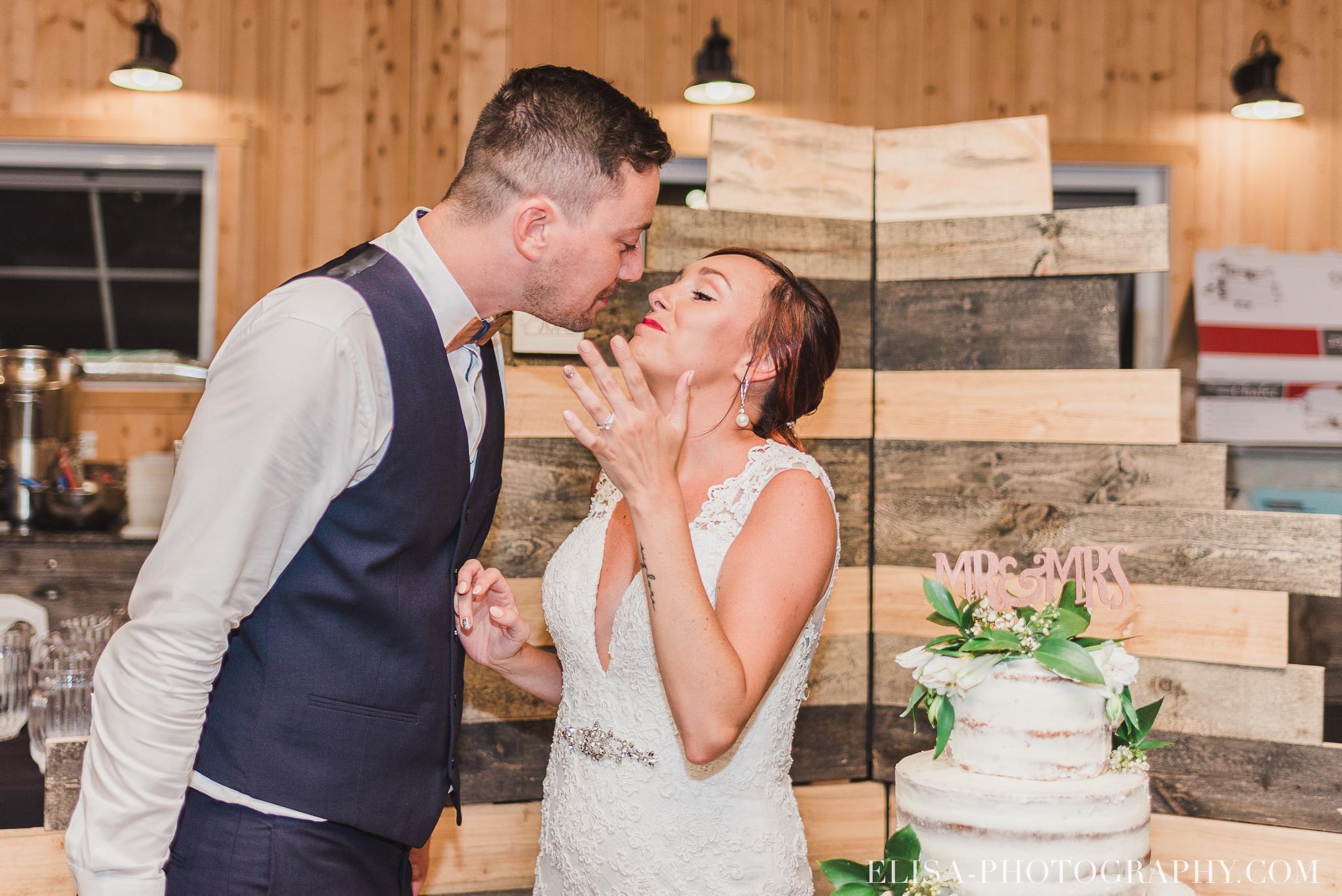 photo mariage ferme genest reception verger pommier quebec coupe gateau 2322 - Smoke bomb et mariage dans les vergers de la Ferme Genest à Saint-Nicolas