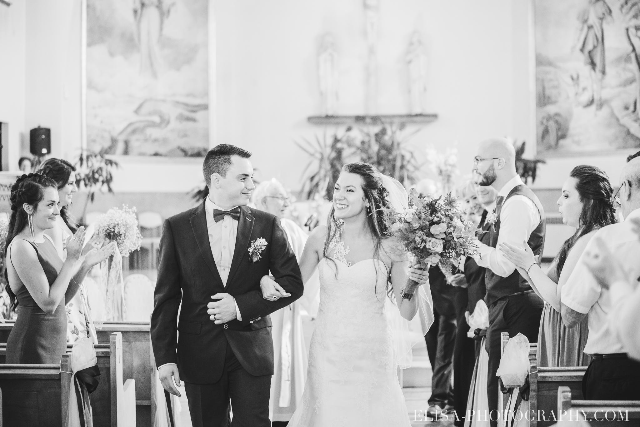 photo mariage grange rouge quebec ceremonie naturelle lumineuse 8570 - Mariage coloré à la grange rouge de Brompton