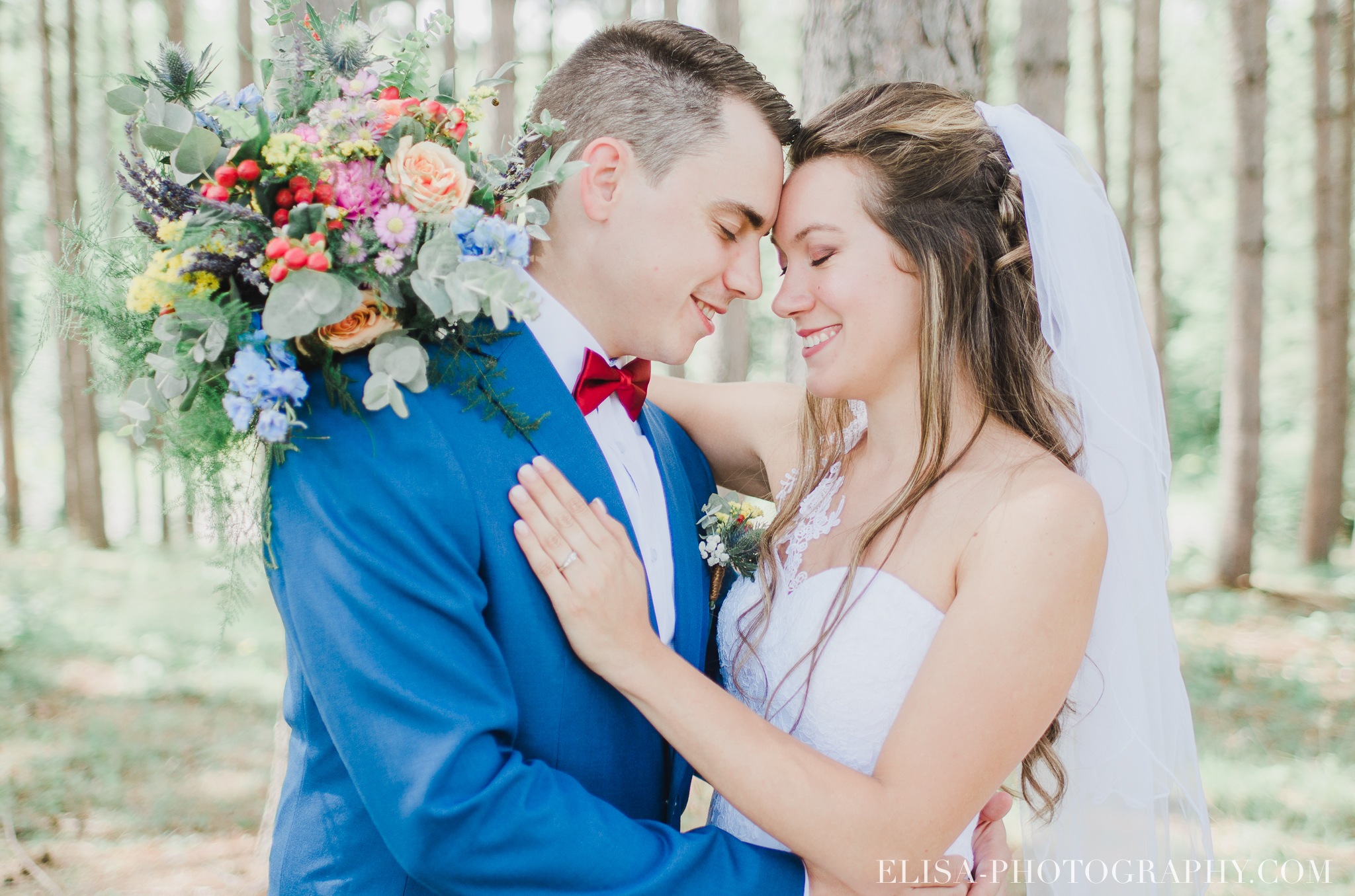 photo mariage grange rouge quebec conifere sapin couple foret multicolor 0116 - Mariage coloré à la grange rouge de Brompton
