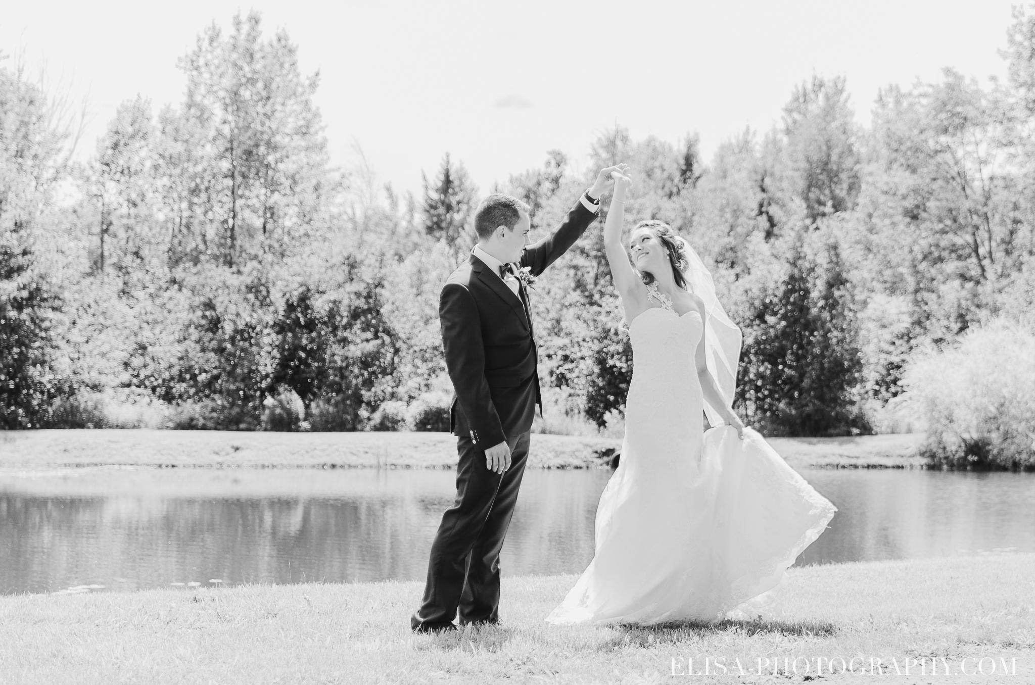 photo mariage grange rouge quebec conifere sapin couple foret multicolor 0196 - Mariage coloré à la grange rouge de Brompton